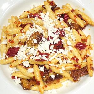 Ferretti con peperoni cruschi e mollica croccante