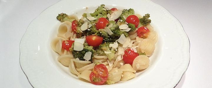 Orecchiette ai broccoli, pomodorini e mandorle