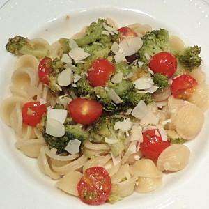 Orecchiette con broccoli, pomodorini e mandorle
