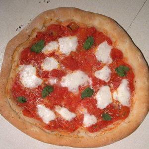 Pizza-Margherita-con-il-cornicione-ripieno