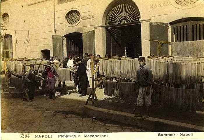 Giorgio Sommer (1834-1914): Trocknen von Pasta in Torre Annunziate (NA)(handkolorierte Schwarzweiß-Fotographie)