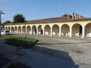 Das Museum liegt an einem Loggiengang. Die Schornsteine sind die des Feuersaals.