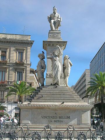 Grabmal Bellinis (von Giulio Monteverde) auf der Piazza Stesicoro in Catania