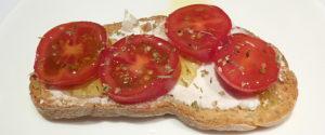 crostini con pomodori e ricotta forte