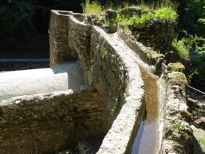 Das über kleine Aquädukte herbeigeführte Wasser trieb den Mahlstein zum Zermahlen des Korns an.