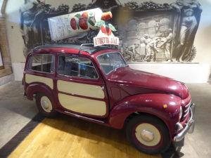 FIAT-Topolino aus dem Jahr 1954 mit Werbeaufbau für die Firma Mutti