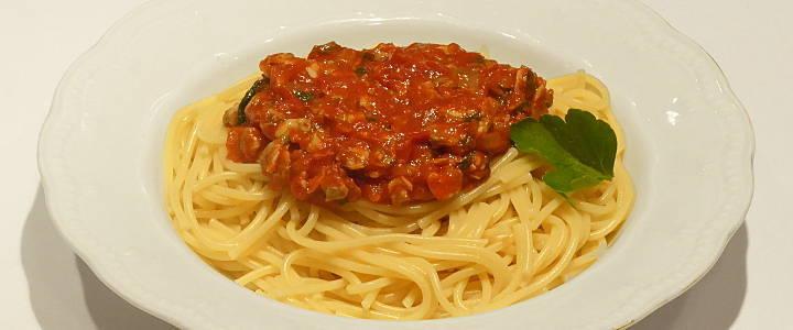 Spaghetti con le vongole in rosso
