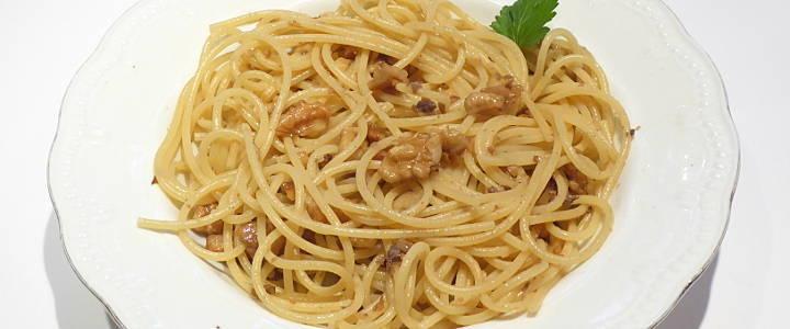 Spaghetti con noci e alici